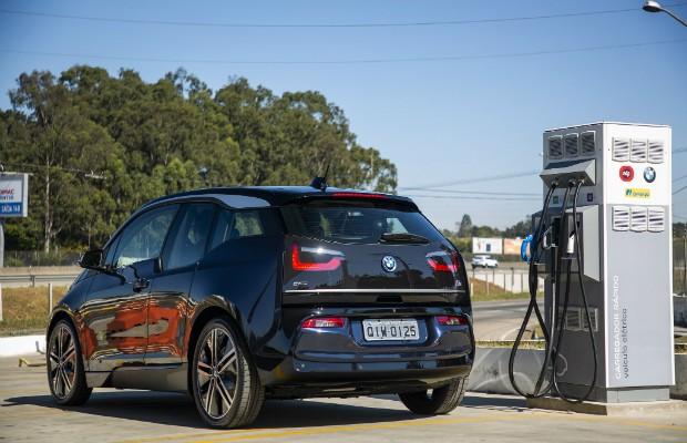 BMW i3 recarregando bateria em uma das 6 estações de carga da Rodovia Presidente Dutra (Foto: Divulgação)