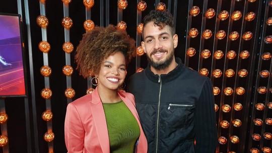 Em clima de romance, Jeniffer Nascimento recebe o marido nos bastidores do 'The Voice Brasil'