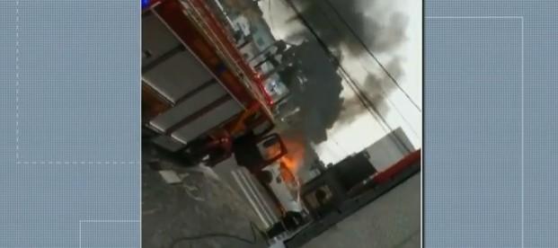 Carro pega fogo após acidente em Ponta Grossa; quatro pessoas ficaram feridas
