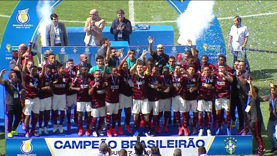 Campeões brasileiros sub-17 homenageiam mortos no Ninho
