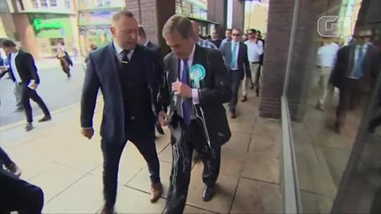 Líder do partido do Brexit na Inglaterra é atingido por copo de Milk-Shake