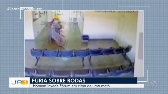 De moto, homem invade Fórum de São Miguel do Araguaia e tenta entrar em sala de juiz que mandou interná-lo; veja vídeo