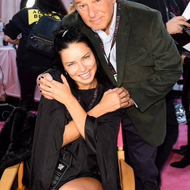 Adriana Lima com Ed Resnick, da grife (Foto: Getty Images)