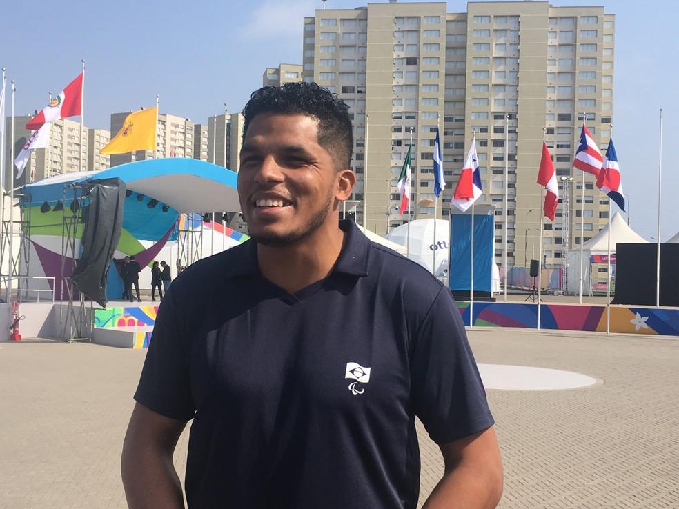 Leomon conversa com o GloboEsporte.com na Vila dos Atletas — Foto: Pedro Maia