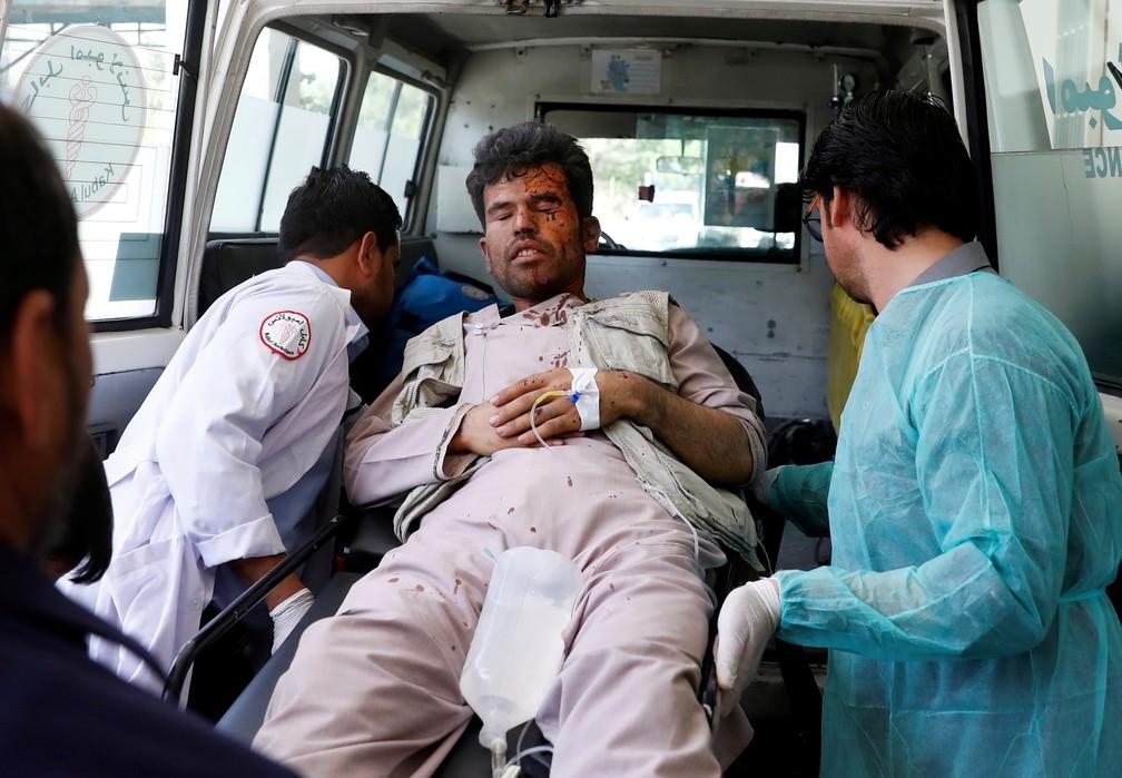 Homem ferido é socorrido após ataque com caminhão-bomba em Cabul nesta segunda-feira (1º). — Foto: Mohammad Ismail/Reuters