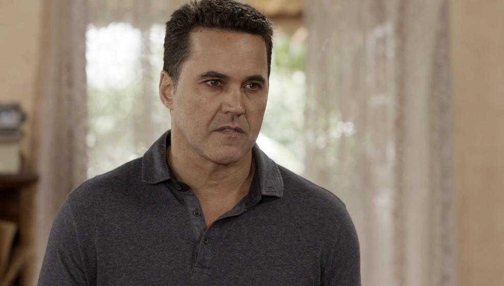 Ivo (Ricardo Duque) conta que o Programa de Proteção à Testemunha tomou uma decisão sobre as três em 'Salve-se Quem Puder' — Foto: Globo