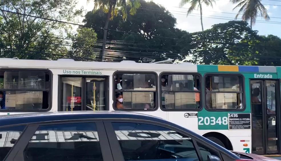 mesmo com aumento da frota, ônibus cheios foram registrados neste primeiro dia de flexibilização do comércio em Salvador — Foto: Victor Silveira/TV Bahia