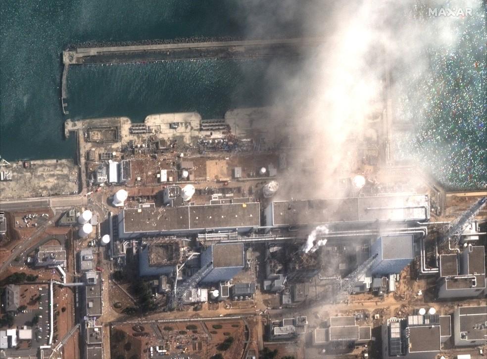 A usina nuclear de Fukushima Daiichi depois de uma explosão — Foto: Maxar Technologies/Handout via Reuters