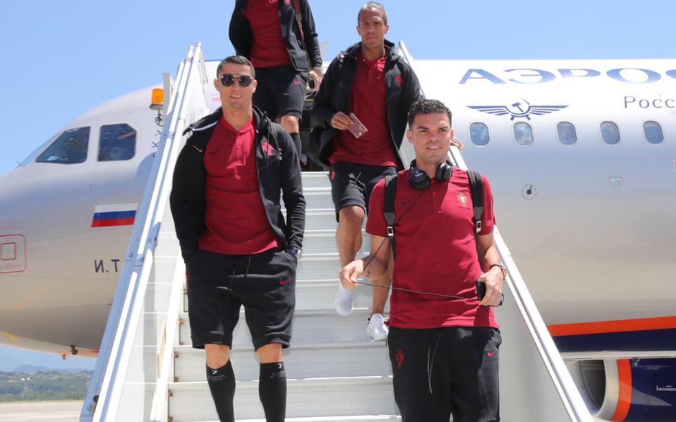 Cristiano Ronaldo, Bruno Alves e Pepe desembarque Portugal Sochi (Foto: Reprodução / Twitter)