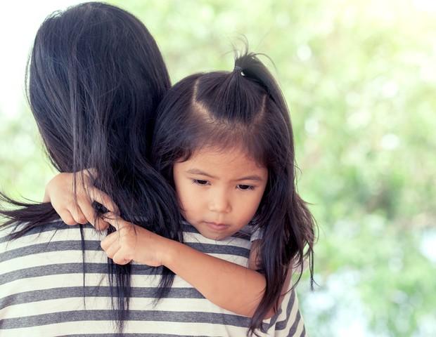 No colo, menina segura cabelo da mãe (Foto: Thinkstock)