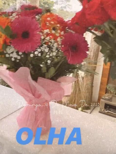 Thais Fersoza mostra flores que ganhou dos filhos (Foto: Reprodução)