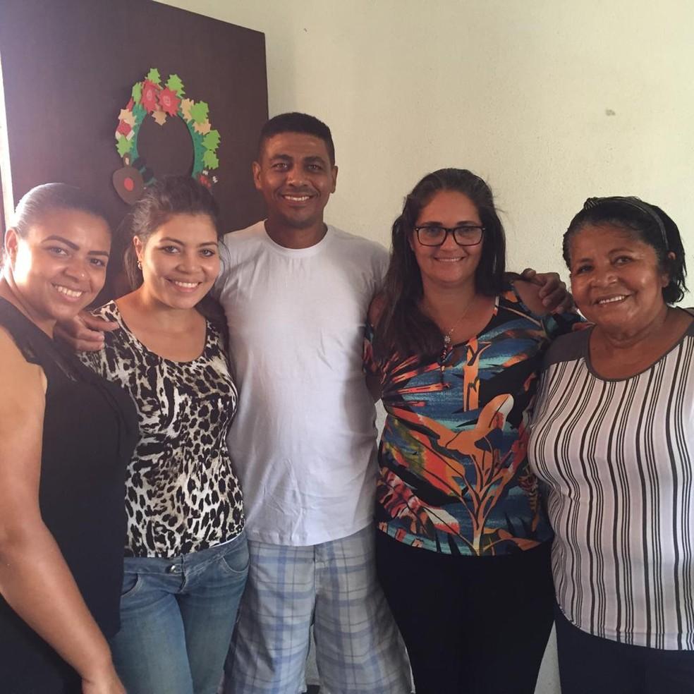 Cleber Michel Alves ao lado da esposa, mãe e irmã após conseguir a liberdade em abril deste ano — Foto: Arquivo pessoal