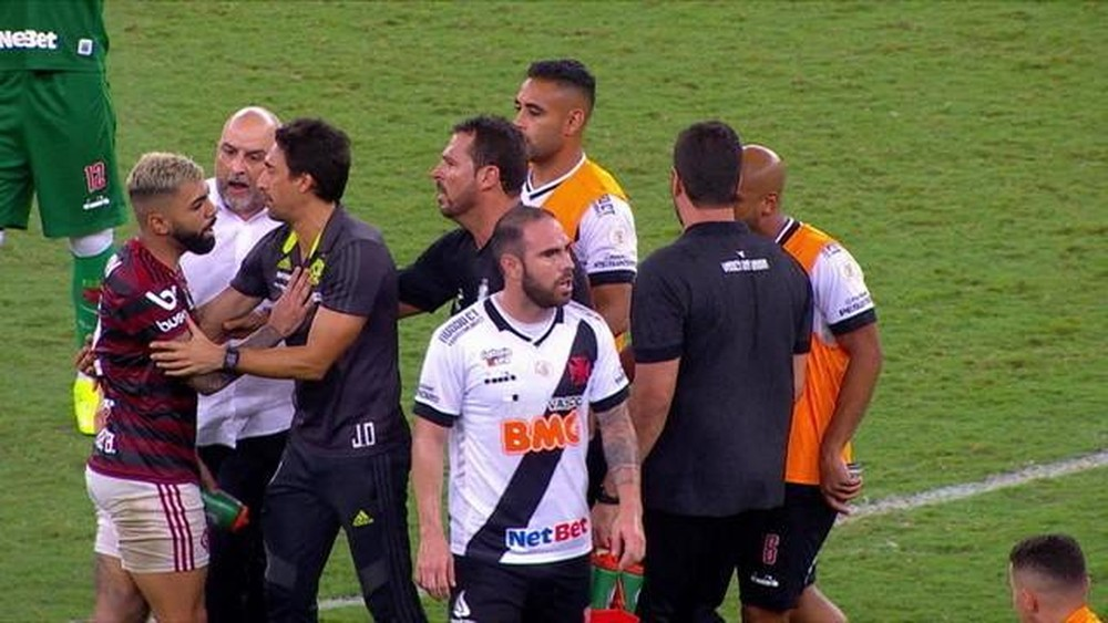 Ap�s joelhada em Gabigol, Flamengo vai ao STJD contra o gerente de futebol do Vasco