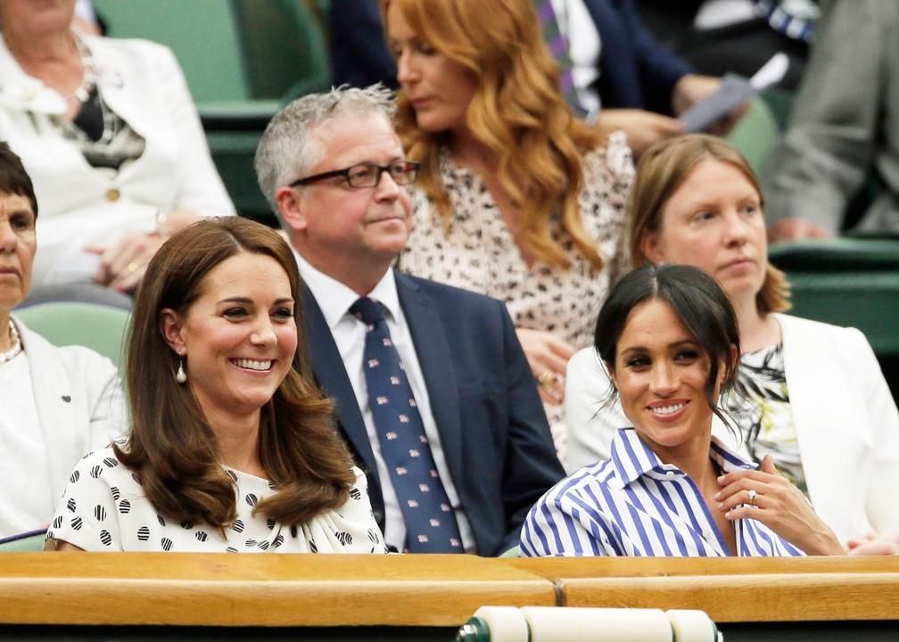 Kate Middleton e Meghan Markle, as mulheres dos príncipes britânicos William e Harry, assistem a partida de tênis em Wimbledon, na Inglaterra. É a primeira vez que as duas vão a um evento juntas sem os maridos — Foto: Tim Ireland/AP