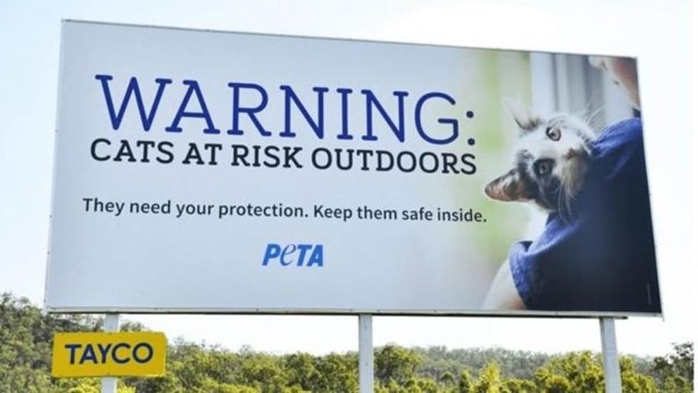 Organização de defesa dos animais pagou por vários outdoors dizendo para os donos manterem os bichos em casa (Foto: PETA/BBC)