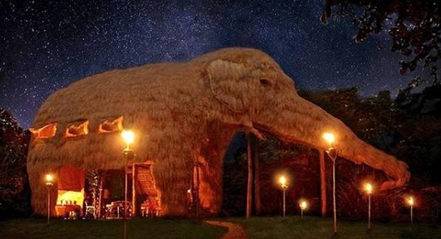 Hotel em formato de elefante no Sri Lanka é feita de madeira e palha  (Foto: Divulgação)
