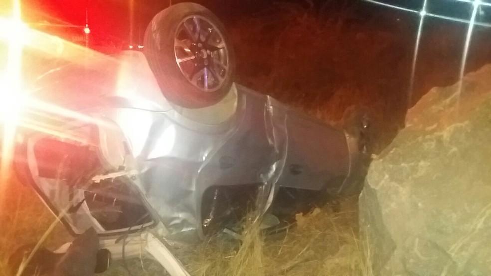 Carro capotou após motorista colidir contra outro veículo na BR-104, em Caruaru (Foto: PRF/Divulgação)