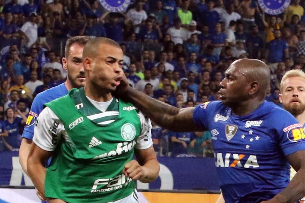 Mayke, do Palmeiras, e Sassá, do Cruzeiro, brigaram após semifinal da Copa do Brasil — Foto: Fernando Calzzani / Photopress / Estadão Conteúdo