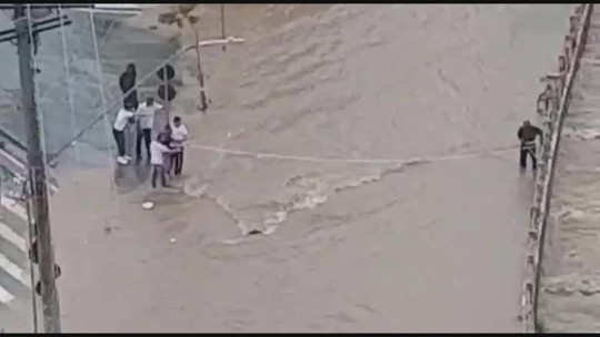 VÍDEO: Pessoas sobem em teto de ônibus e ciclista é resgatado durante inundações em BH