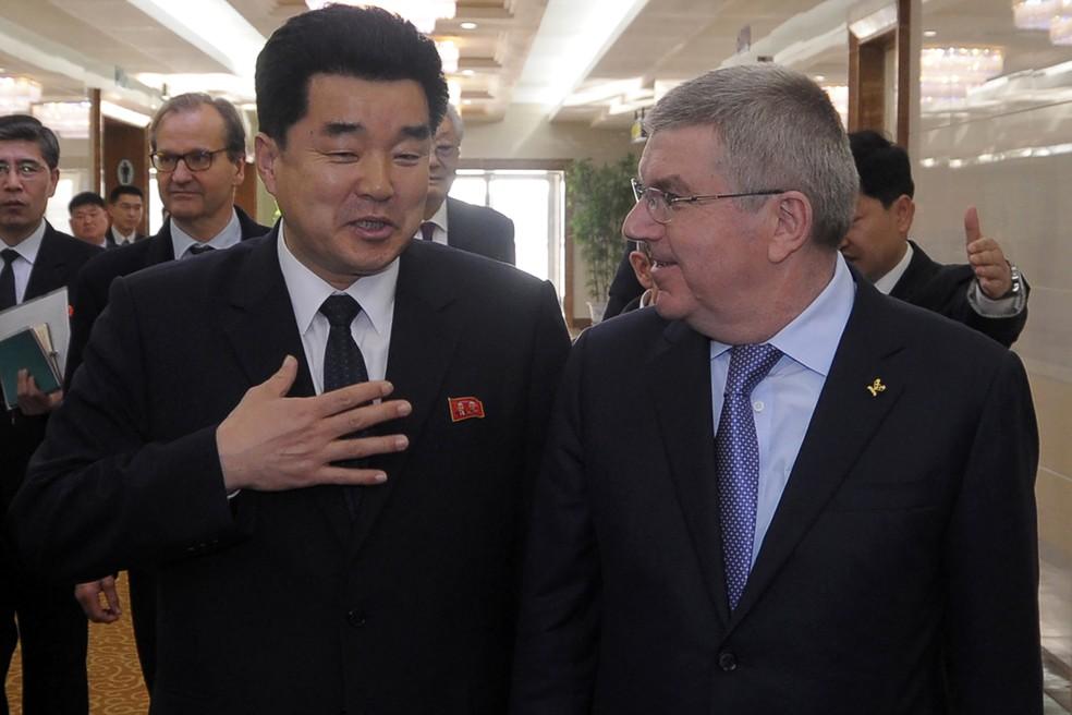 Thomas Bach, presidente do Comitê Olímpico Internacional (COI), Kim Il Guk, ministro do esporte da Coreia do Norte e presidente do comitê olímpico do país (Foto: Kim Won-Jin / AFP)