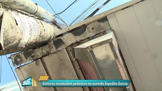 Água de ar condicionado incomoda pedestres e põe lajes em risco na Avenida Expedito Garcia