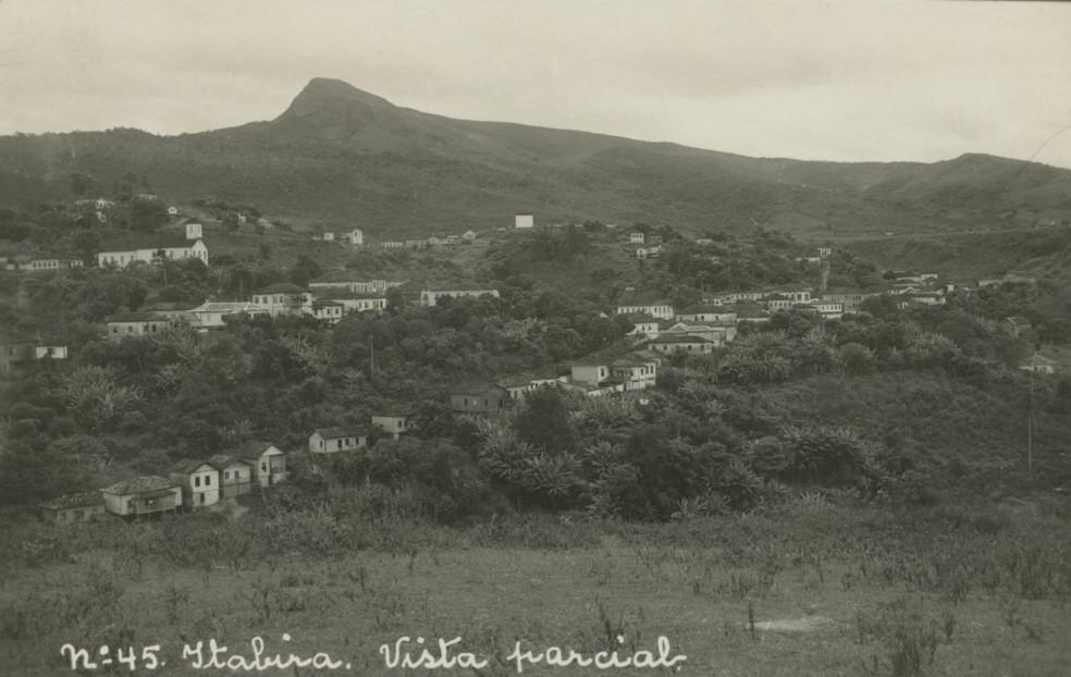 Vista aérea de Itabira na década de 1930, detalhe para o Pico do Cauê ao fundo que desapareceu com a mineração — Foto: Fundo Correio da Manhã/Arquivo Nacional