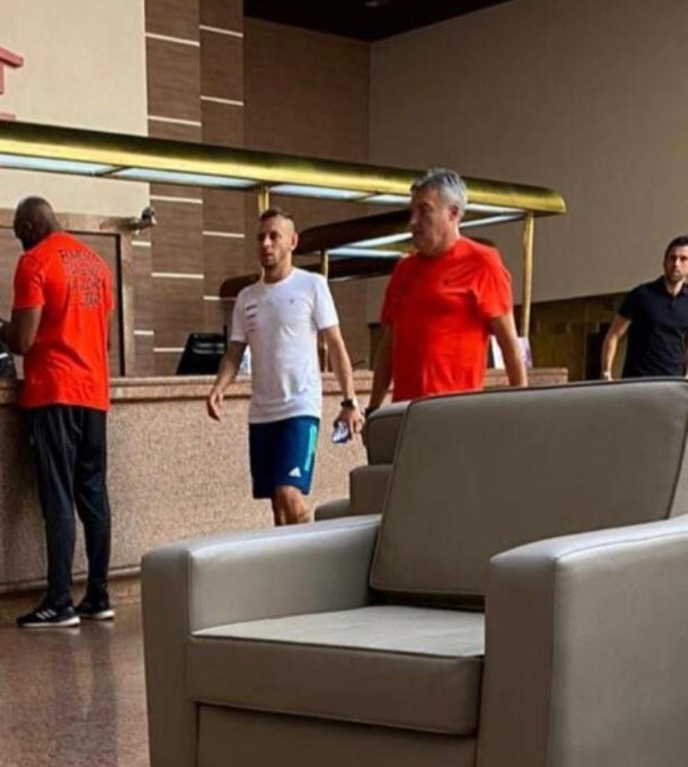 Rafinha e Domènec Torrent após reunião do elenco em Goiânia — Foto: Canal Fla Choque