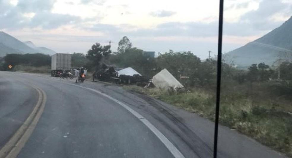 Caminhão tombou no acostamento da BR-222, em Itapajé, na manhã desta quarta-feira (16). — Foto: Reprodução