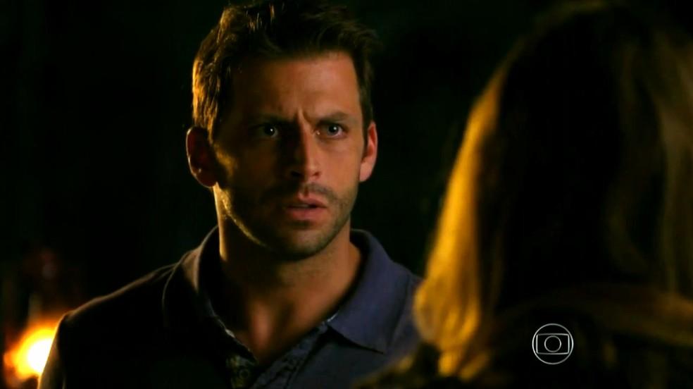Cassiano (Henri Castelli) fica indignado com desconfiança de Ester (Grazi Massafera) - 'Flor do Caribe' — Foto: Globo