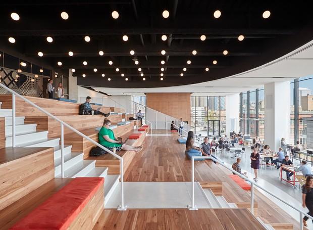 O Work Café possui uma arquibancada para que os funcionários possam trabalhar enquanto apreciam snacks exclusivos (Foto: arrett Rowland/ Reprodução)