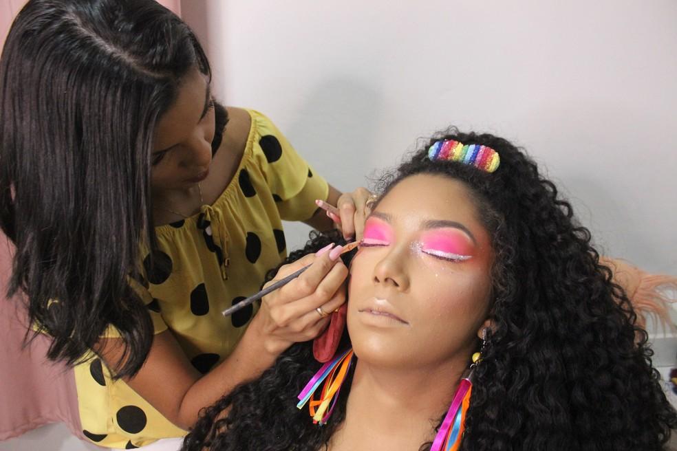 Maquiadora ensina como aplicar glitter nos olhos — Foto: Rafaela Leal/G1 PI