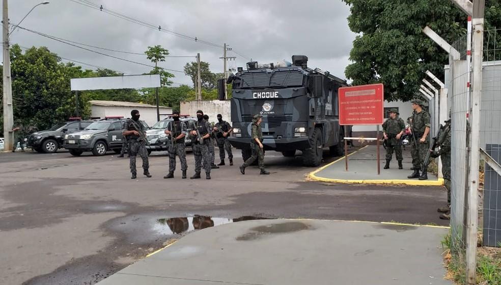 Movimentação no Aeroporto de Presidente Prudente para transferência de presos para presídios federais — Foto: Heloise Hamada/TV Fronteira