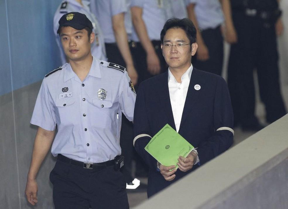Lee Jae-yong chega para julgamento em tribunal em Seul, na Coreia do Sul, nesta segunda-feira (7)  (Foto: Ahn Young-joon / AFP)