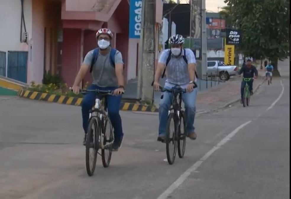 Faber Nobre (à esquerda) e Diego Biondi passaram a usar mais a bicicleta para economizarem no final do mês — Foto: Reprodução/Rede Amazônica Acre
