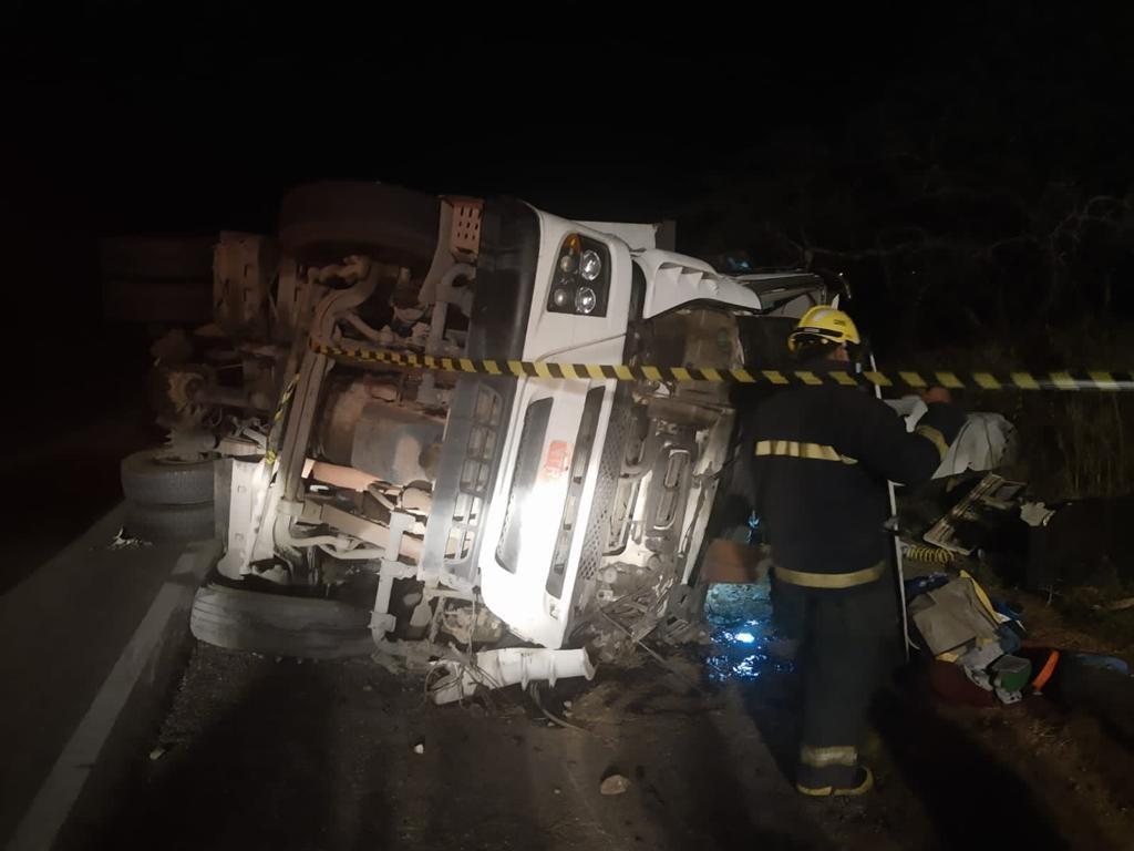 Adolescente fica ferido após acidente envolvendo duas carretas em Delmiro Gouveia, AL