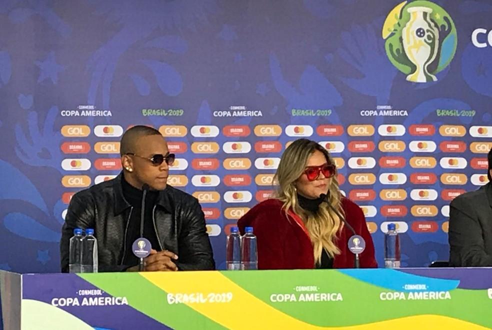 Leo Santana e Karol G participaram de entrevista nesta quarta — Foto: Martin Fernandez
