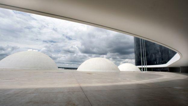 O software das urnas é desenvolvido pelo TSE em Brasília (foto), mas a montagem final é de responsabilidade dos TREs nos Estados (Foto: TSE via BBC)