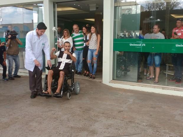 Alan Ruschel saiu do hospital acompanhado de familiares  (Foto: Marcelo Siqueira/RBS TV)