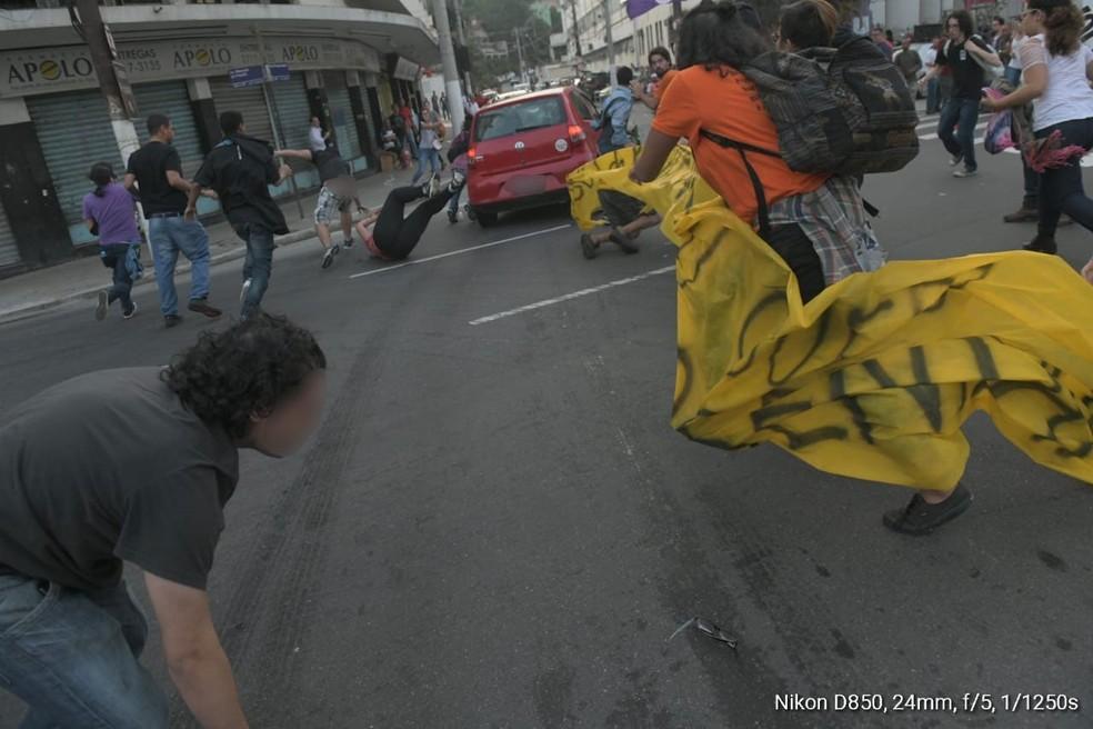Motorista não parou e atropelou manifestantes que interditavam rua em Niterói, RJ, por volta das 7h desta sexta (14) — Foto: Reprodução / Redes sociais