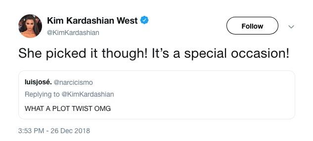 A resposta de Kim Kardashian para o fã que ironizou o batom vermelho utilizado pela filha de 5 anos da socialite (Foto: Twitter)