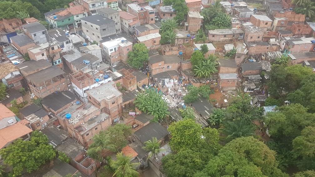 Imagens aéreas mostram local onde está localizado o prédio que desabou no bairro de Pituaçu, em Salvador (Foto: Divulgação/Graer)