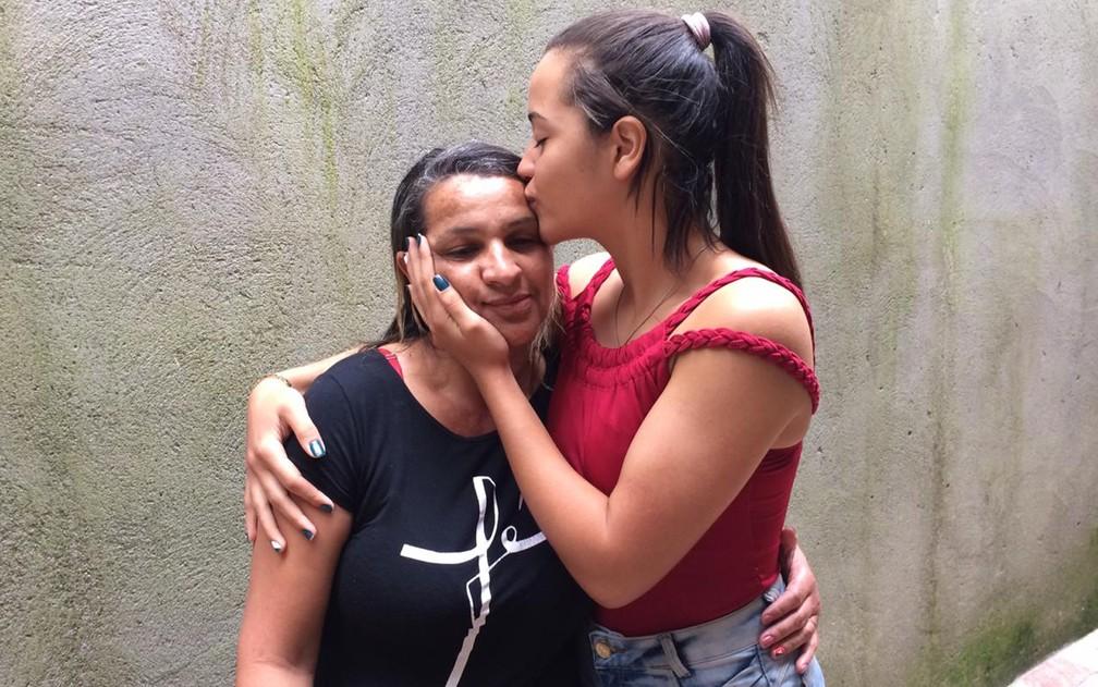 Rhyllary dá um beijo na mãe, Marilene Barbosa de Oliveira — Foto: Glauco Araújo/G1