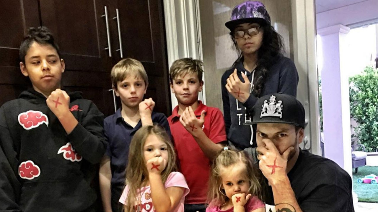 Kevin Federline com os filhos Sean Preston, 12 anos, e Jayden James, 11 anos, do relacionamento com Britney Spears; a filha de 15 anos, Kori, e o filho de 13 anos, Kaleb, de seu relacionamento com Jackson, e as filhas Jordan, 6 anos, e Peyton, 3 anos, da esposa Victoria (Foto: Instagram)