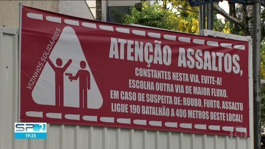 Moradores instalam faixas alertando para risco de assalto em rua perto do Ibirapuera