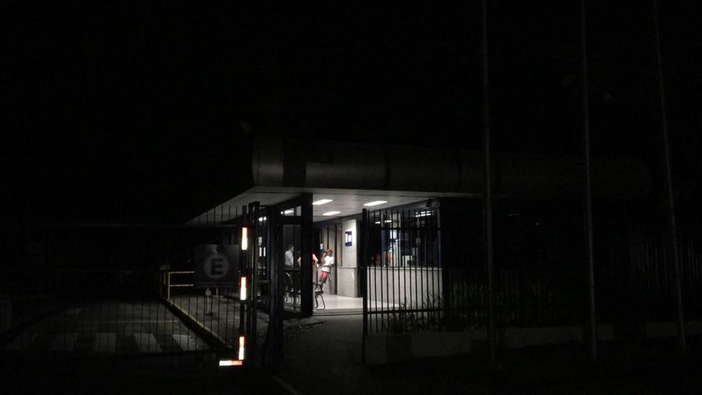 Área da fábrica Gerdau, na Zona Oeste do Recife, ficou sem energia depois do incêndio (Foto: Elvys Lopes/TV Globo)