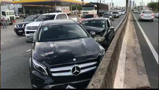 Acidente envolvendo carro de luxo deixa trânsito lento na BR-230, em Cabedelo