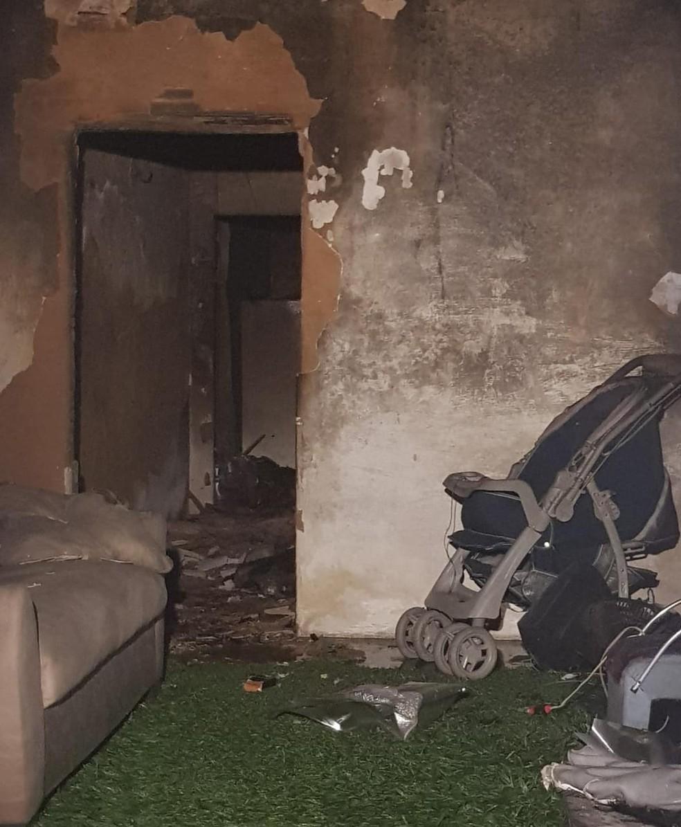 Fogo causado por explosão de celular compromete estrutura de cômodos após incêndio. — Foto: Arquivo Pessoal