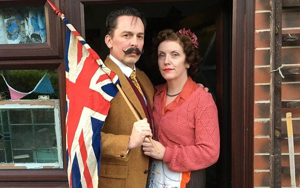 Dean Turner e Lynda Easton se vestem como se estivessem nos anos 40 — Foto: BBC