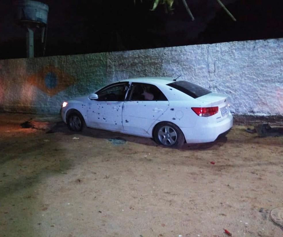 Cerato roubado ficou com dezenas de marcas de tiros na lataria — Foto: Acson Freitas/Inter TV Cabugi
