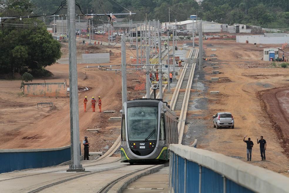 Governo ainda deve mais de meio milhão de empréstimos feitos para a instalação do VLT — Foto: Edson Rodrigues/Secopa
